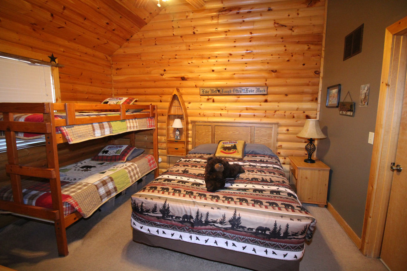 Guest Bedroom With Queen Size Bed And Bunk Beds Trers Den Log Cabin