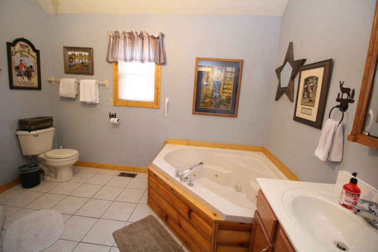 Guest Bathroom Trails End Log Cabin